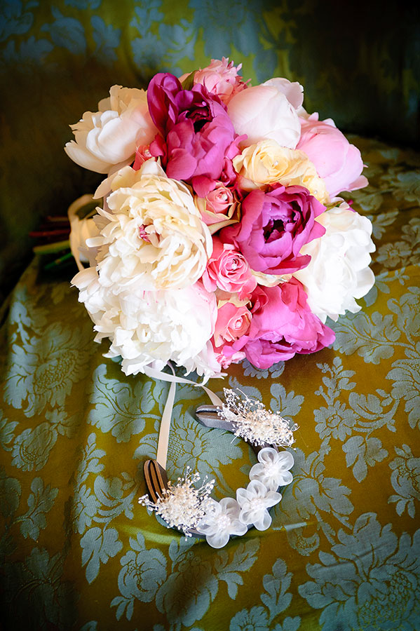 wedding photographer photo of flowers and horseshoe