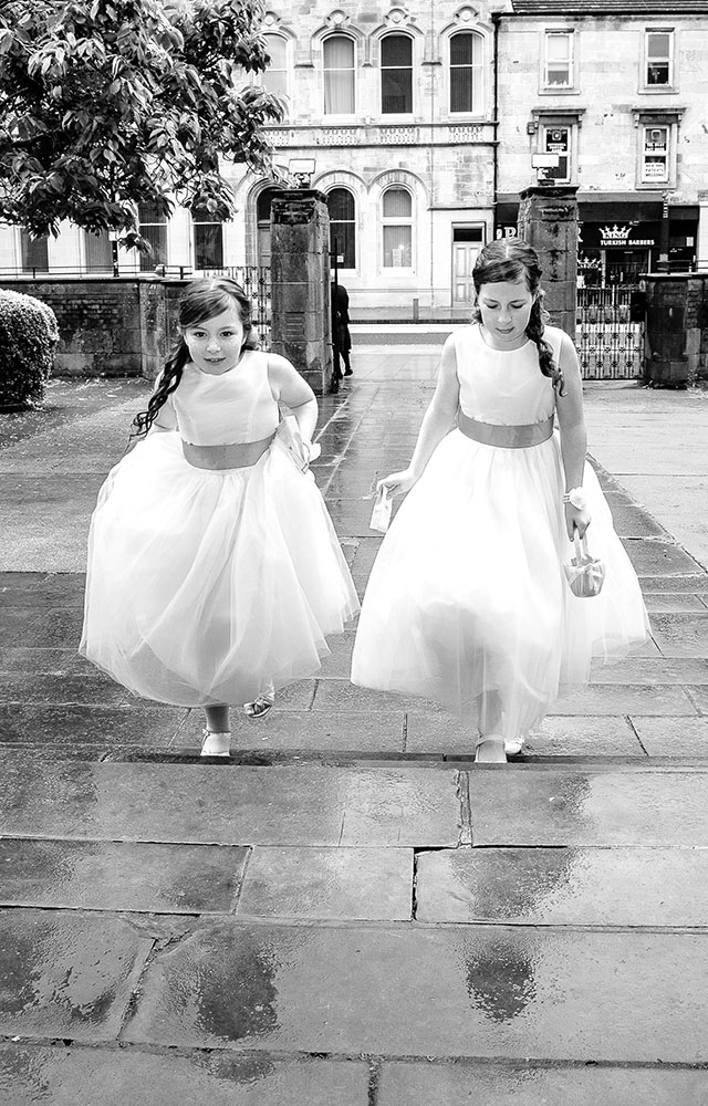 wedding photographer 2 flower girls run out of the rain